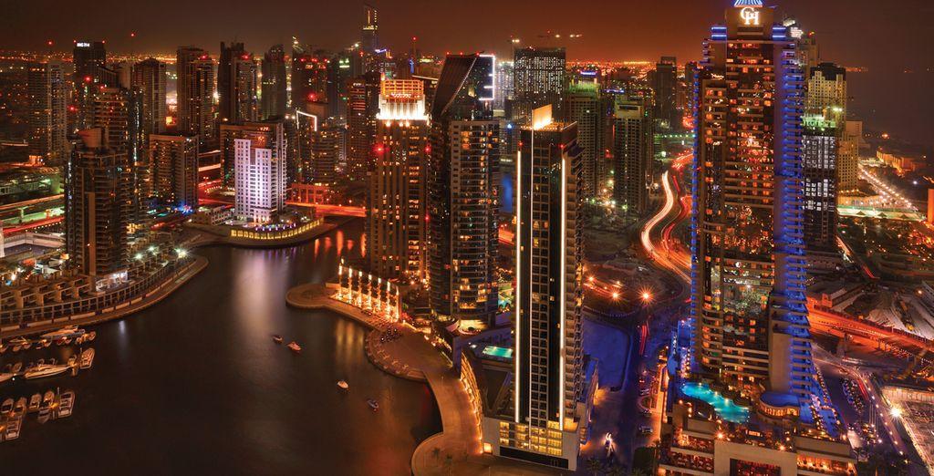 Bellos y majestuosos edificios se alzan frente a la costa del golfo Pérsico