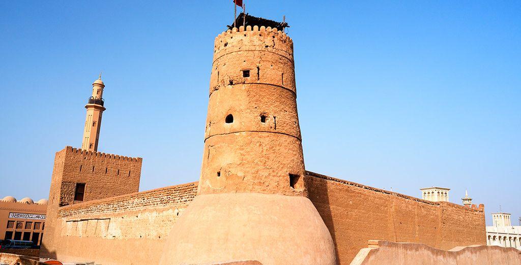 Conoce antiguas construcciones como la de Al Fahidi...