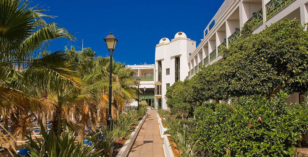 Un resort envuelto de vegetación y jardines