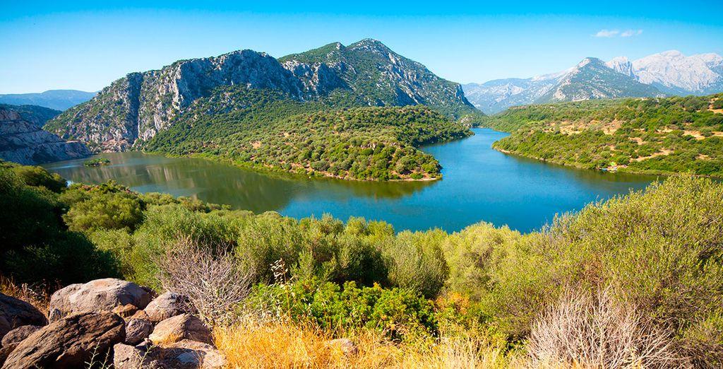Visita lugares como el lago Coghinas