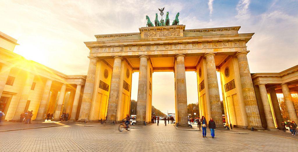 La imponente puerta de Brandenburgo al atardecer
