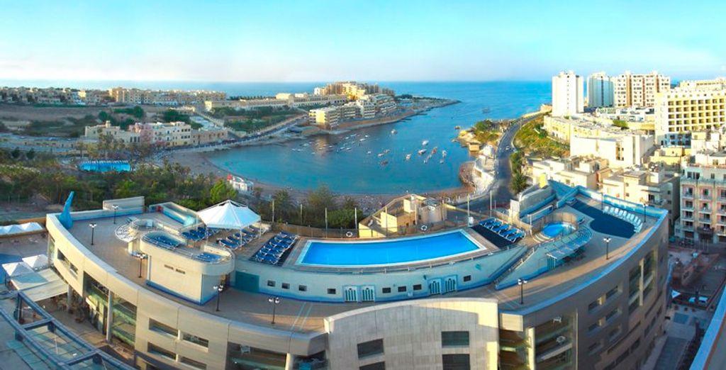 El hotel se encuentra a poca distancia a pie de la playa de arena con bandera azul de la Bahía de San Jorge