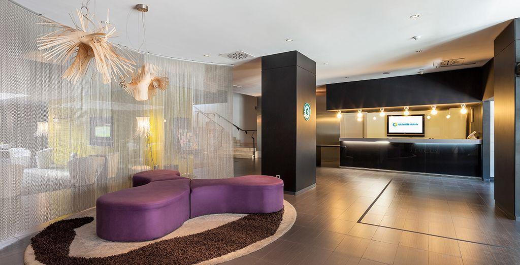 Un hotel elegante y con un diseño interior cuidado al detalle