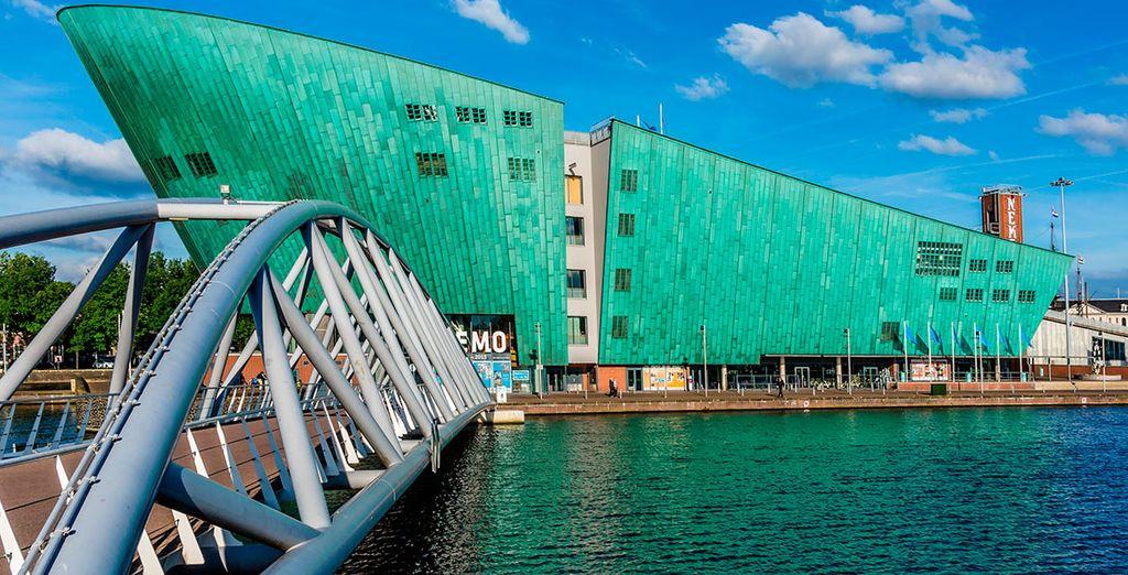 Contempla edificios vanguardistas como el Centro Científico Nemo