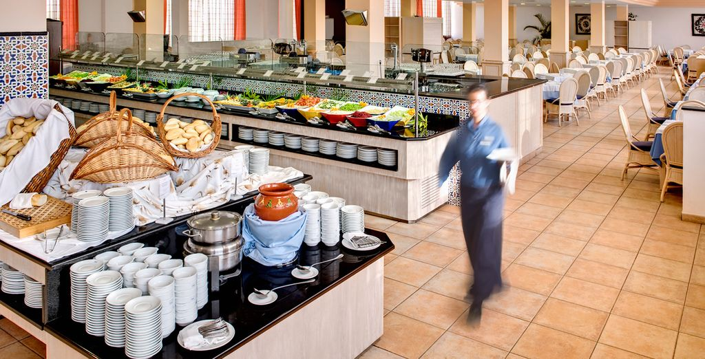 El restaurante ofrece un extenso buffet de platos fríos, calientes y postres