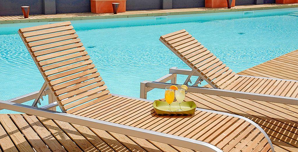 Relájate por completo al borde de la piscina