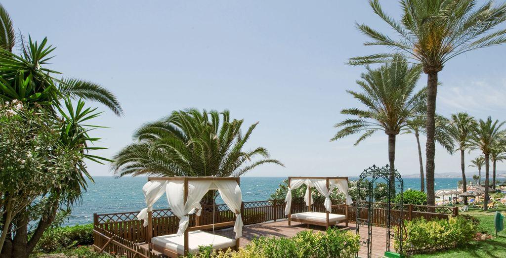 Relájate bajo el sol en el jardín con vistas al mar del THB Torrequebrada 4*