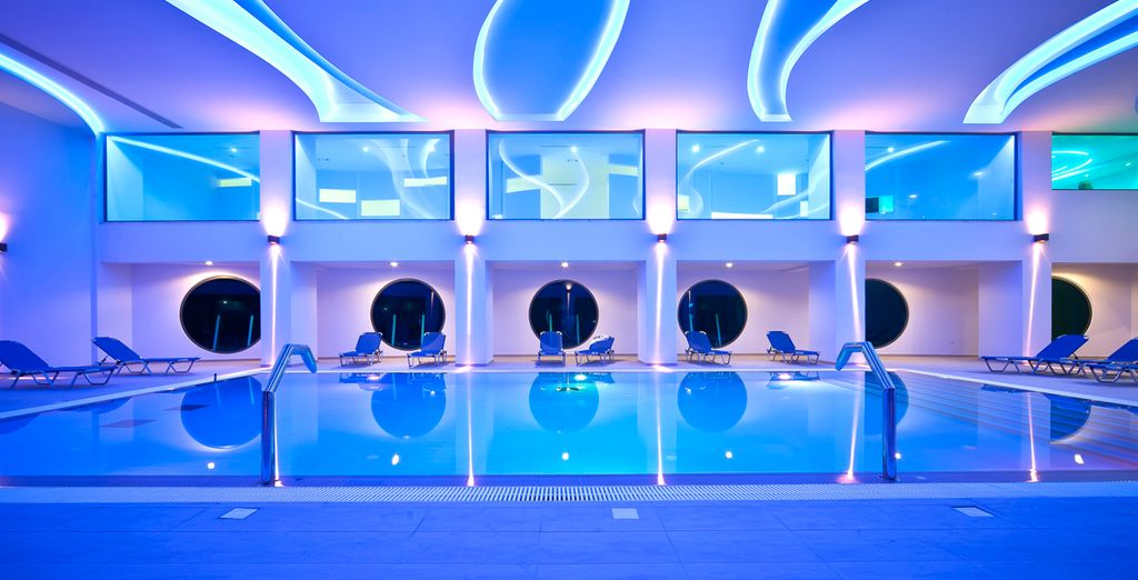 Respira el ambiente zen de la piscina interior