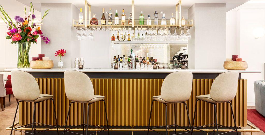 Toma una copa en el bar después de un día de turismo