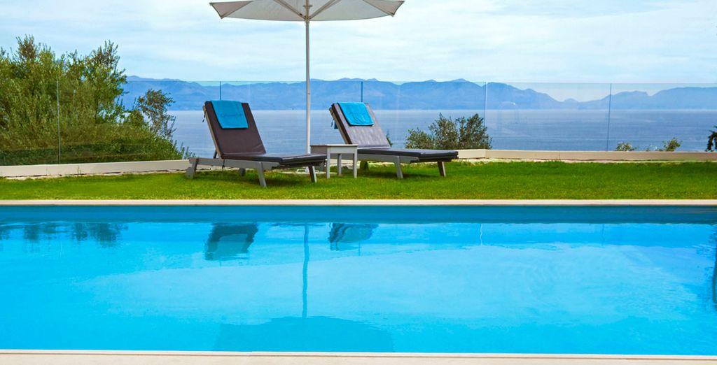 Refréscate en la gran piscina rodeado de impresionantes vistas