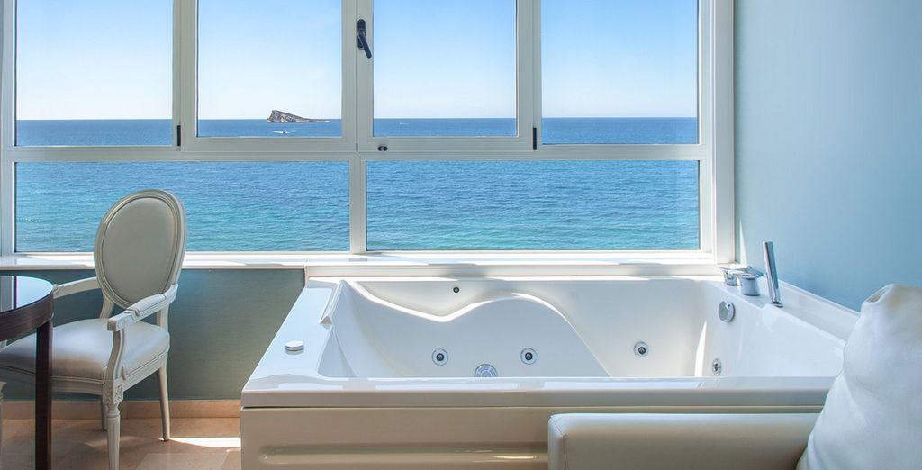 Un gran jacuzzi con espectaculares vistas panorámicas al mar en tu habitación