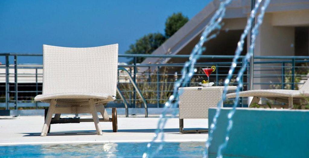 Refréscate en la piscina y disfruta del buen clima