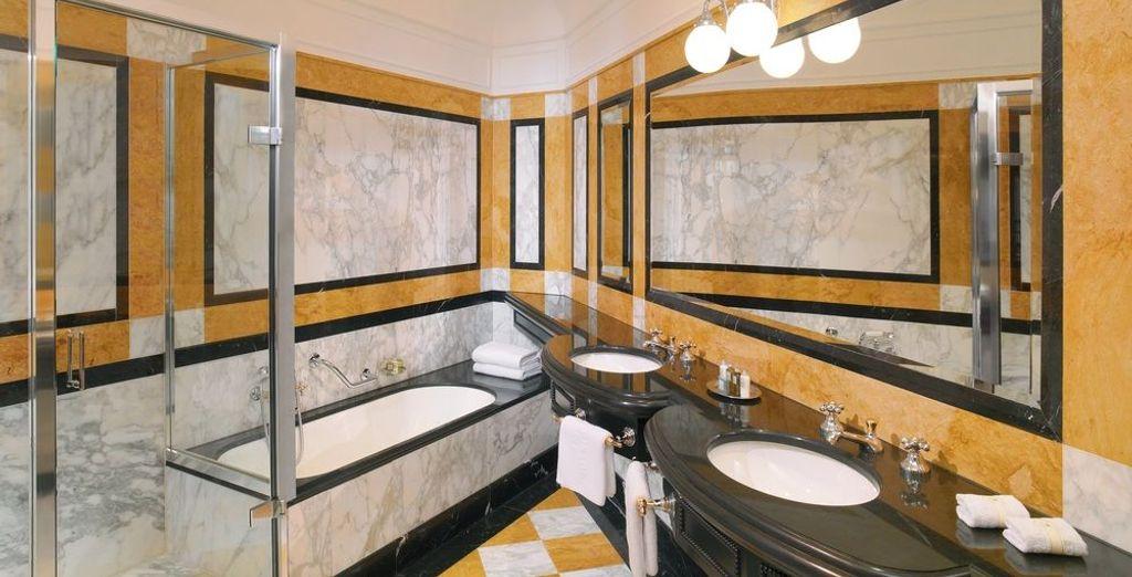Un baño de lujo completamente equipado