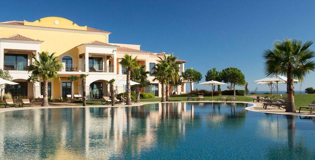 Toma el sol y refréscate en la piscina exterior