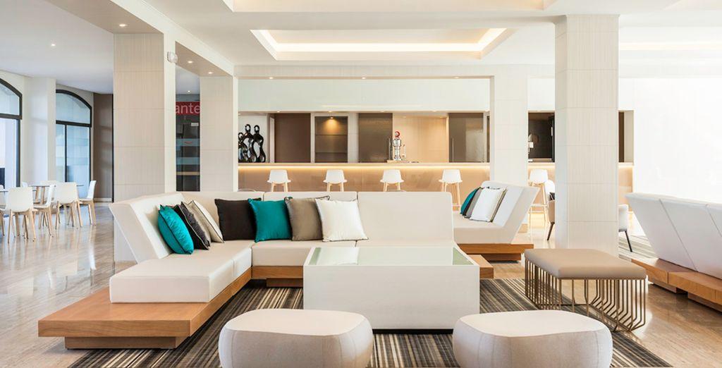 Espacios interiores modernos y acogedores