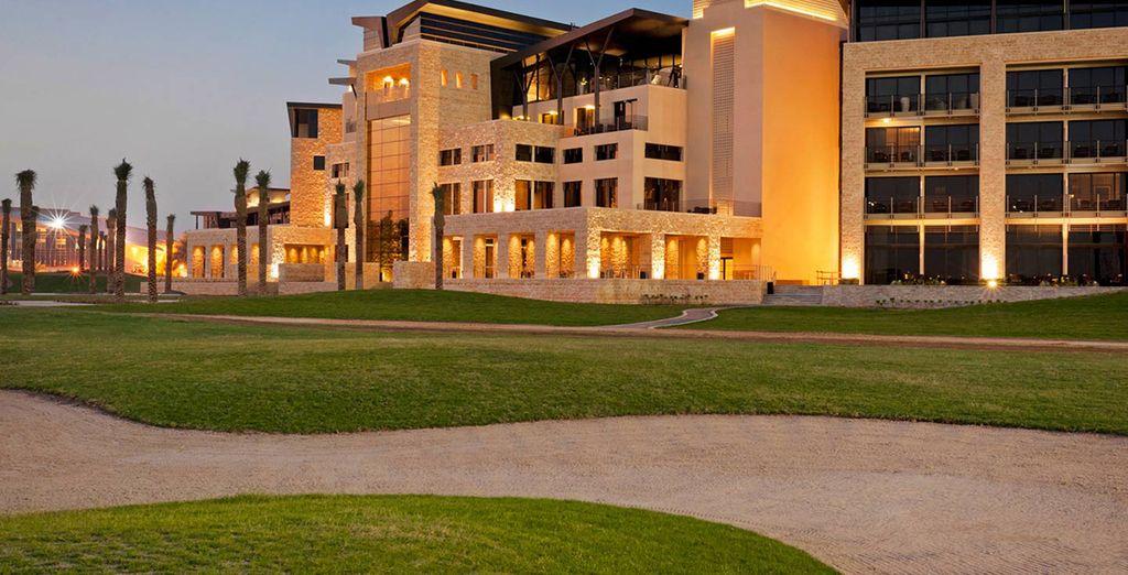 Un hotel rodeado de campos de golf