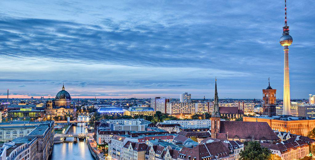 Berlín al anochecer con la torre de la televisión desmarcando en el skyline