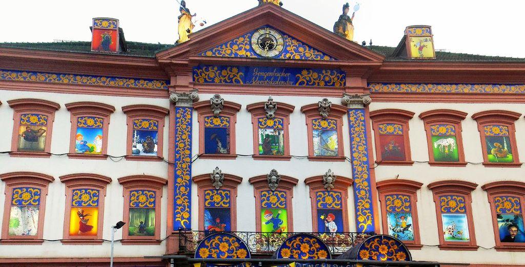 Su mercado navideño es famoso por el mayor calendario de Adviento en el mundo representado por 24 ventanas del antiguo ayuntamiento