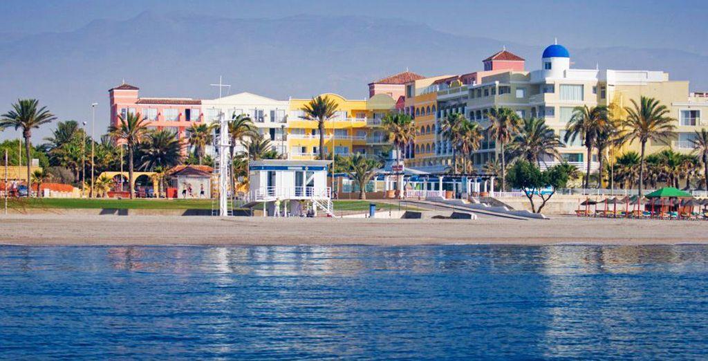 Situado en Roquetas de Mar en primera línea de playa junto al mar