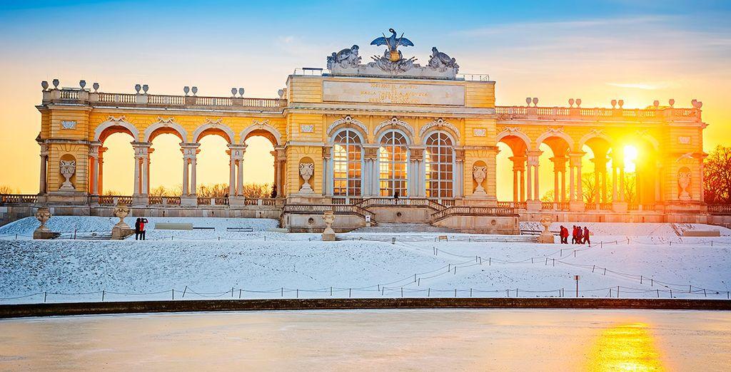 Si viajas en diciembre, puede que encuentres la ciudad cubierta por un romántico velo de nieve