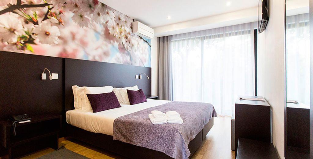 El dormitorio está equipado con todo lujo de detalles