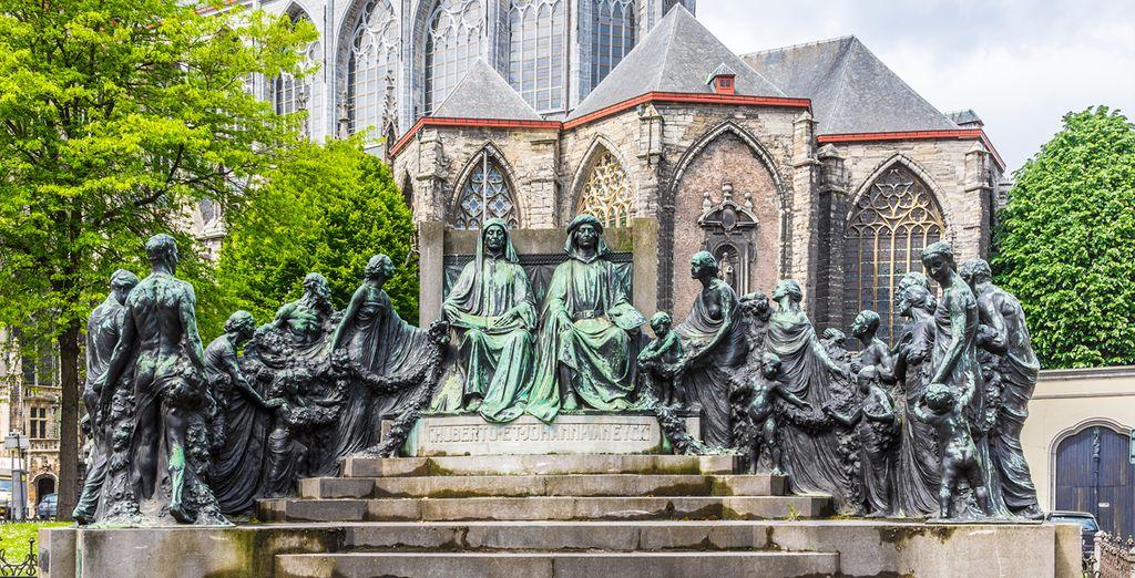Gante te descubrirá estatuas como esta, obra de Van Eyke