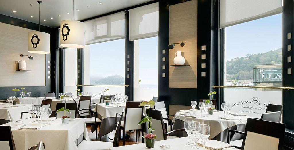 Disfruta de una gastronomía exquisita y de vistas al mar