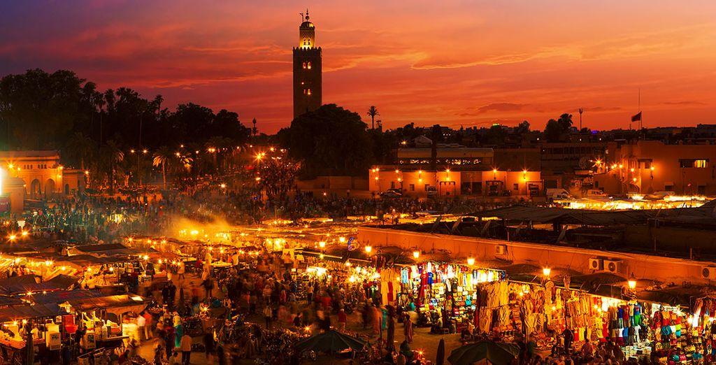 La plaza Yamaa el Fna es el lugar donde se desarrolla la vida pública de Marrakech