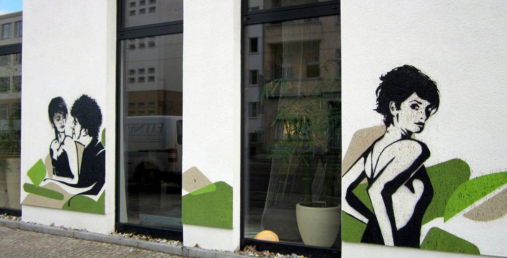 Sus murales exteriores hacen honor a las películas de Almodóvar