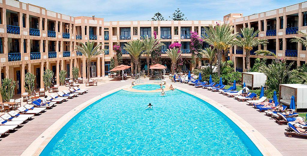 Un lujoso hotel costero con playa privada y spa de talasoterapia junto al campo de golf Golf Mogador, diseñado por G. Player