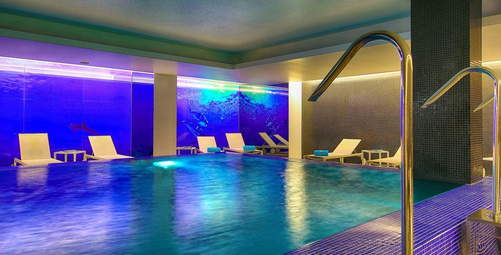 Relájate con el acceso libre con el que te obsequiamos a la piscina dinámica en el BluSpa