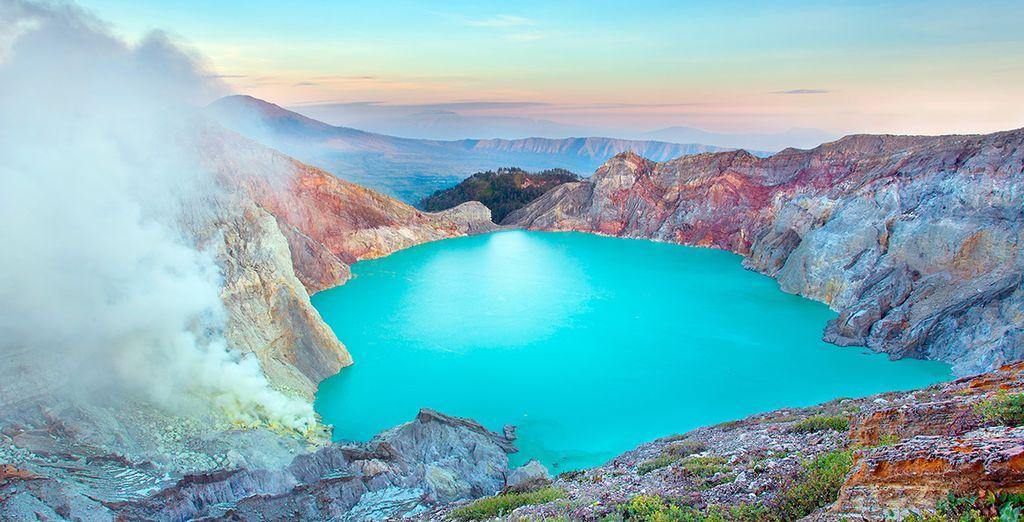 Al día siguiente os acercaréis al monte Ijen, caminando para observar la belleza de su cráter