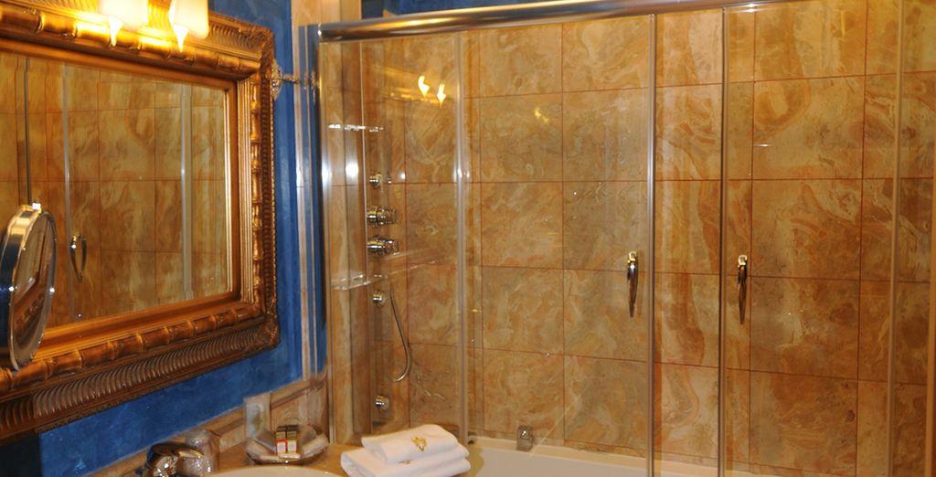 Baños de un excelente mármol con bañera o ducha