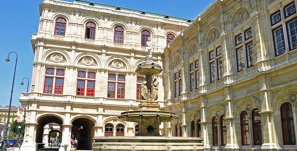 Haz un hueco en tu itinerario para visitar la fuente junto a la ópera estatal de Viena