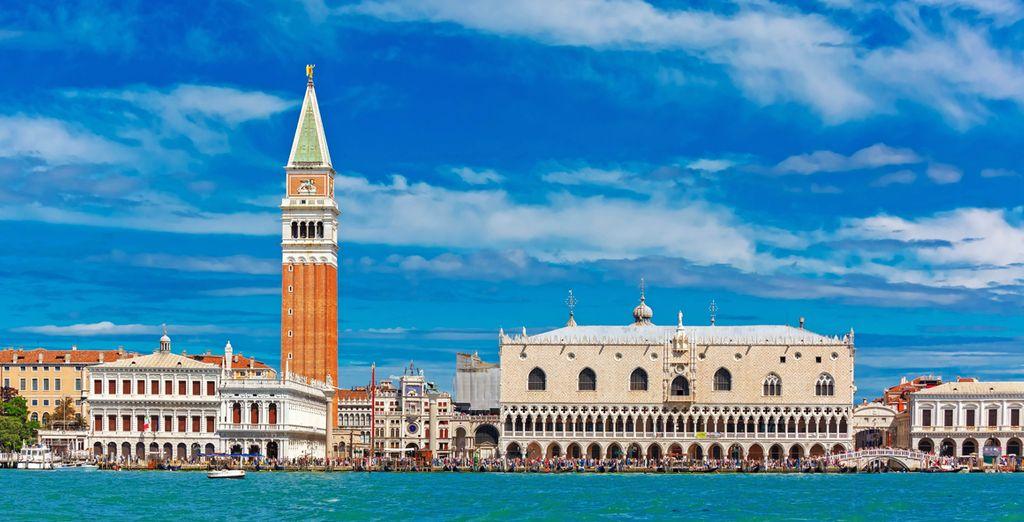 Visita la Plaza San Marco, especialmente conocida por el
