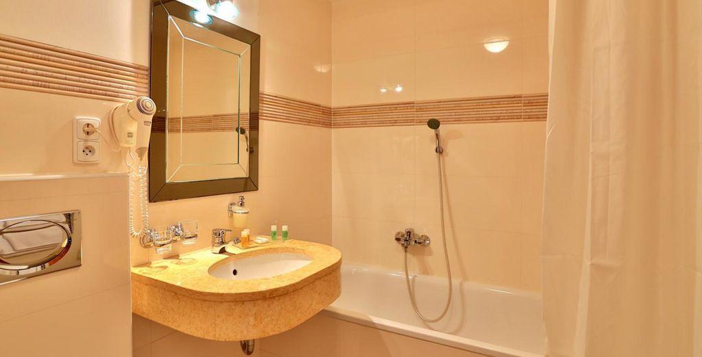 Una confortable habitación con baño propio