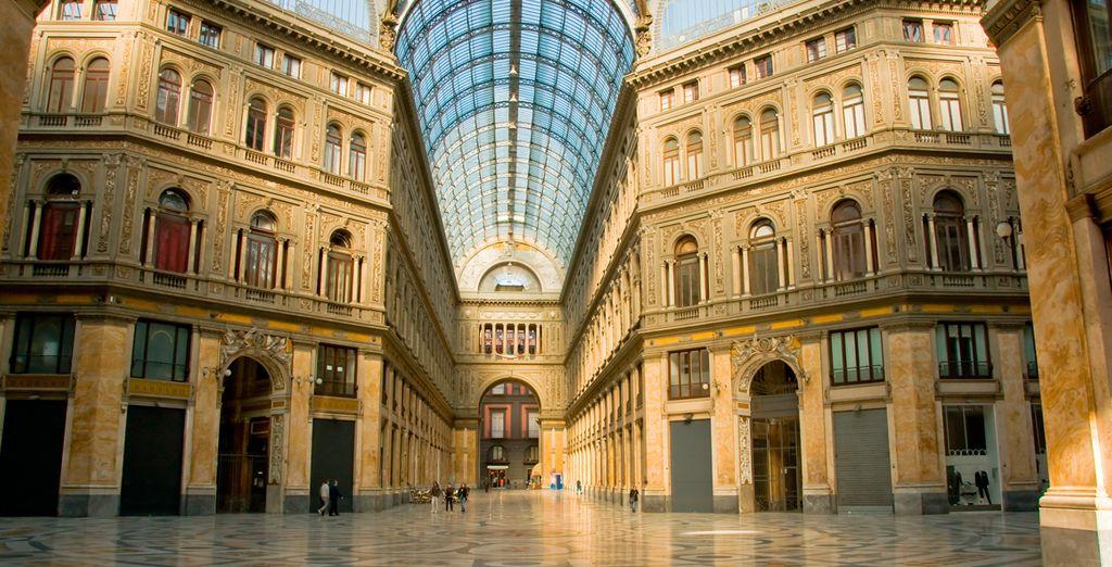 Visita la galería comercial, conocida como Galleria Umberto