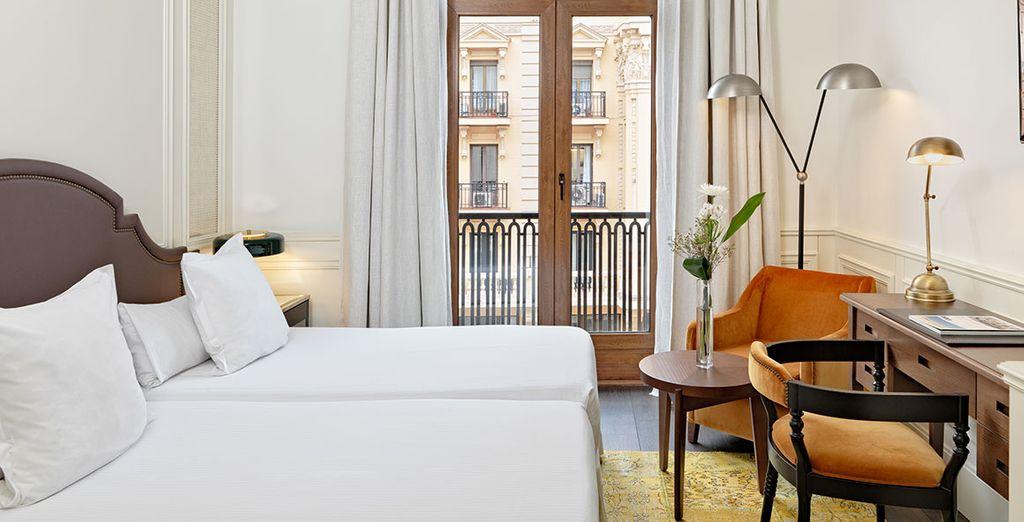 Descansarás en una habitación de diseño impecable y con vistas a la Gran Vía