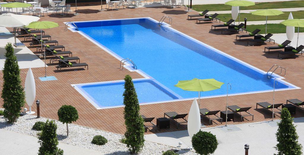 Grandes piscinas y extensos jardines