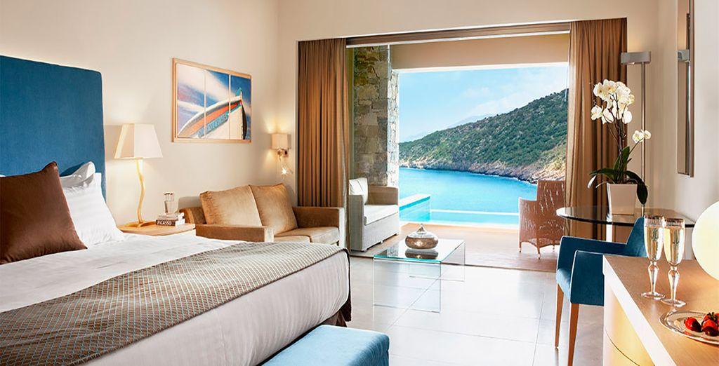 ...o en una habitación Deluxe con vistas al mar y piscina individual
