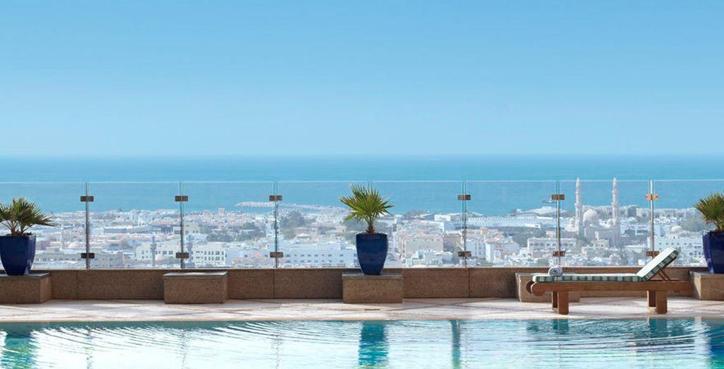 Refréscate en la piscina y disfruta de las vistas
