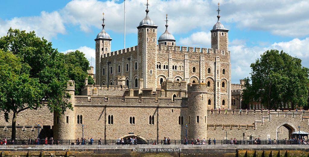 La Torre de Londres, uno de los símbolos de Londres, ubicada junto a Tower Bridge
