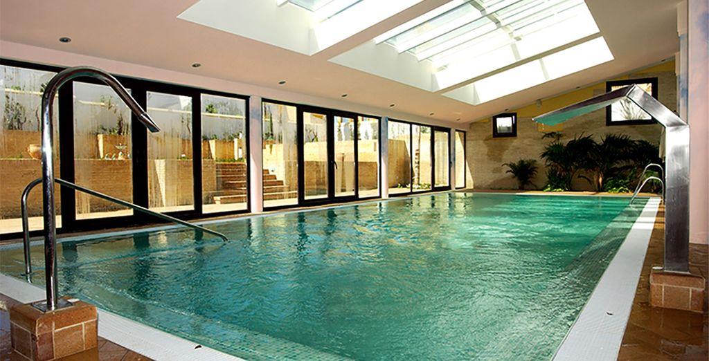 ...y también a la piscina interior climatizada
