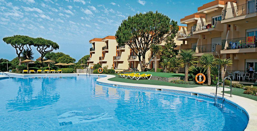 Un exclusivo complejo en primera línea de playa y rodeado de zonas ajardinadas en Apartahotel Las Dunas 4*