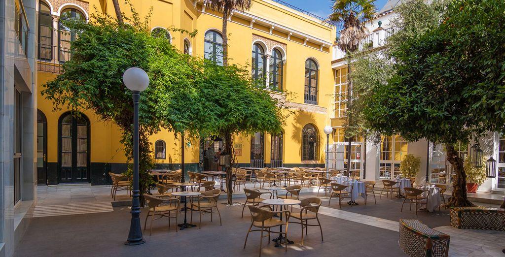 Disfruta del patio andaluz de Hotel San Gil 4*
