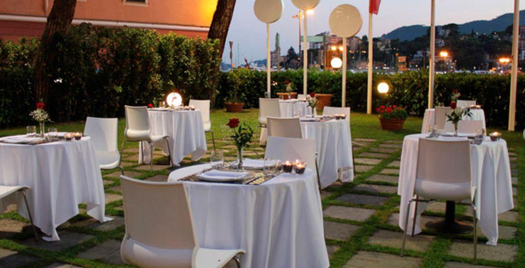Disfrute de una romántica cena a luz de las velas