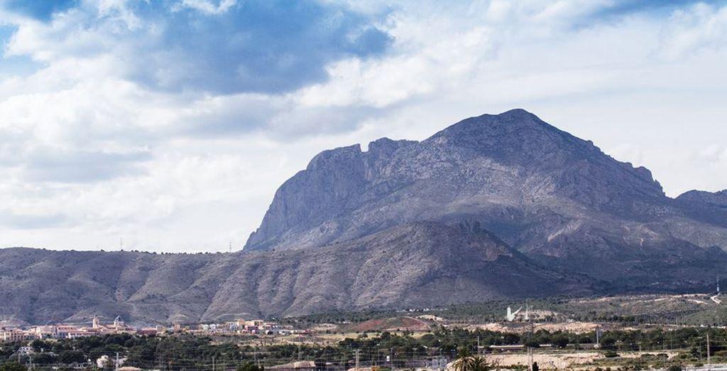 Está situado en Levante, a apenas 2 km de las playas