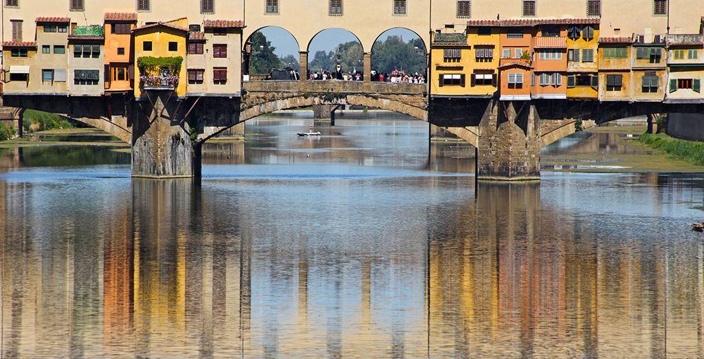 Pasee por el famoso Puente Vecchio