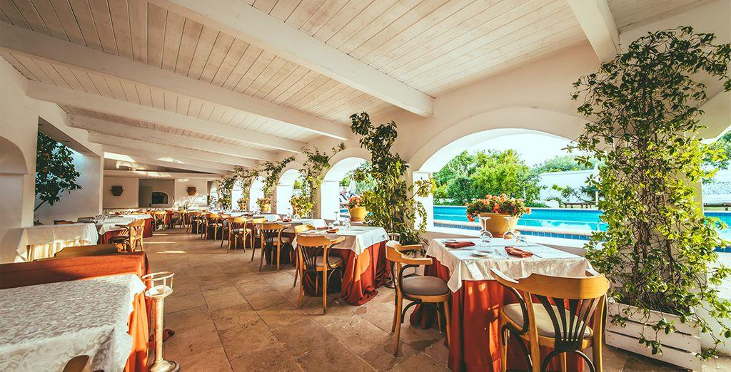 Podrá disfrutar de platos típicos de la cocina mediterránea al aire libre