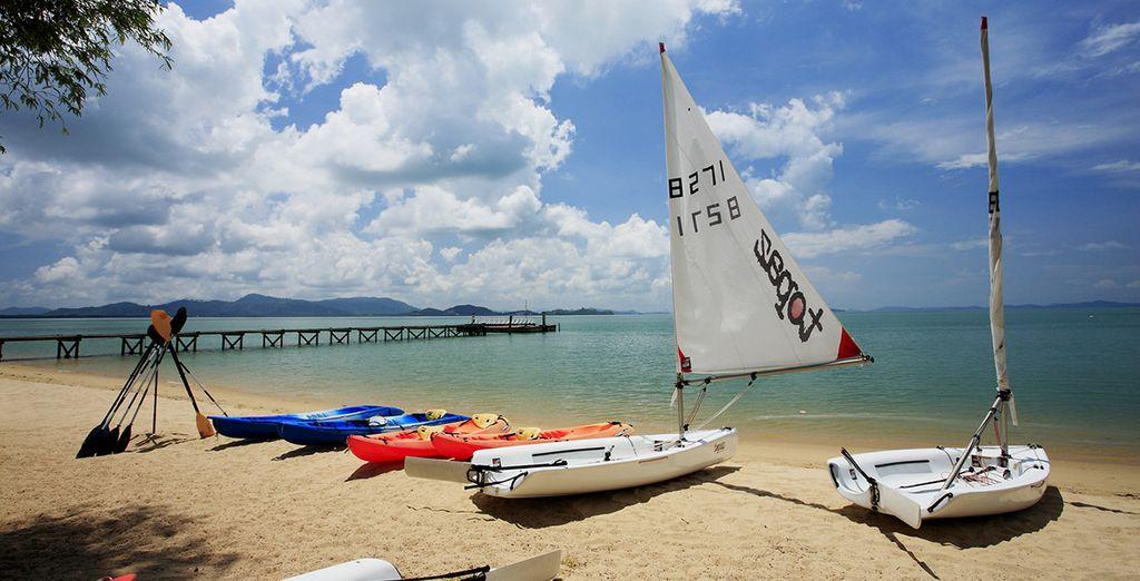 Practique actividades de playa y deportes acuáticos por la zona